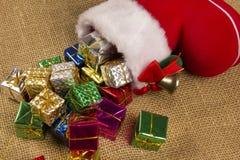 Décoration de Noël avec la botte du ` s de Santa et les cadeaux en baisse Photos stock