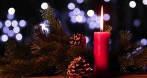 Décoration de Noël avec la bougie brûlante banque de vidéos