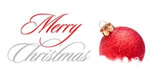 Décoration de Noël avec la boule rouge dans la neige sur le fond blanc Carte de voeux Image stock