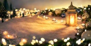 Décoration de Noël avec la lanterne et les lumières photographie stock