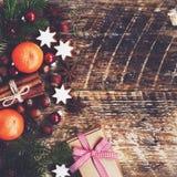Décoration de Noël avec le boîte-cadeau, cannelle, biscuits de pain d'épice Photographie stock libre de droits