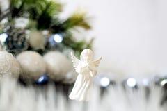 Décoration de Noël avec le pin vert, guirlande bleue, ange blanc Photos stock