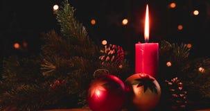 Décoration de Noël avec les boules et la bougie banque de vidéos