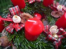 Décoration de Noël avec les branches vertes et les bougies rouges Photo stock