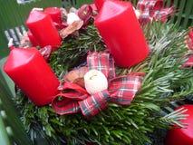 Décoration de Noël avec les branches vertes et les bougies rouges Image libre de droits