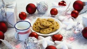 Décoration de Noël avec les bulles rouges de cadeaux argentés et les biscuits et le lait faits maison banque de vidéos