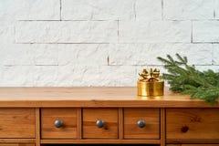 Décoration de Noël avec un cadeau et des brindilles de sapin sur une vieille étagère sur un fond d'un mur de briques photo stock