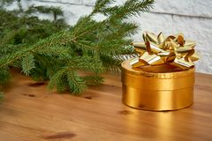 Décoration de Noël avec un cadeau et des brindilles de sapin sur une vieille étagère sur un fond d'un mur de briques photos stock