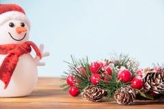 Décoration de Noël, belle guirlande de nouvelle année pour des vacances sur le fond en bois avec le bonhomme de neige et copyspac photos stock