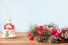 Décoration de Noël, belle guirlande de nouvelle année pour des vacances sur le fond en bois avec le jouet et copyspace photographie stock libre de droits