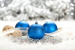 Décoration de Noël - billes bleues photographie stock libre de droits
