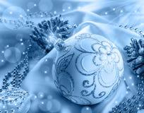 Décoration de Noël Boule de Noël, cônes de pin, bijoux scintillants sur le satin blanc Image stock