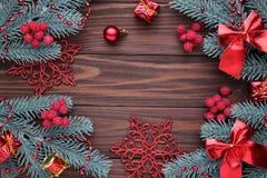 Décoration de Noël Branche de sapin avec des boules, des cadeaux et des arcs sur un fond brun images stock