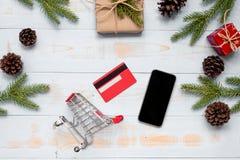 Décoration de Noël, branches de boîte-cadeau et de pin sur le fond en bois, préparation pour le concept de vacances, bonne année  image libre de droits