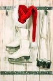Décoration de Noël Chapeau rouge de Santa, rétro appareil-photo de photo Image libre de droits