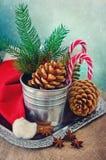 Décoration de Noël d'hiver avec des cannes de chapeau et de sucrerie de Santa de cônes Photo stock