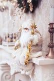 Décoration de Noël d'hiver, Noël Santa blanche avec le bâton d'or Photographie stock
