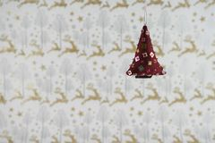 Décoration de Noël d'image de photographie de Noël raccrochant de l'arbre rouge mol de Noël de paillette avec le fond de papier d Photographie stock