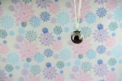 Décoration de Noël d'image de photographie de Noël raccrochant de la crème de houx de pudding avec le fond de papier d'emballage  Photographie stock