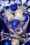 Décoration de Noël dans des couleurs bleues profondes Photographie stock