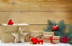 Décoration de Noël dans la neige avant bois Photographie stock