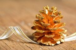 Décoration de Noël de cônes de pin images libres de droits