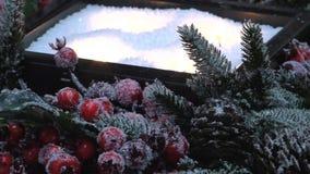 Décoration de Noël de sapin, de baies givrées, de cônes et de bougies banque de vidéos