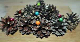 Décoration de Noël des cônes et des perles de forêt Images libres de droits