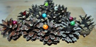 Décoration de Noël des cônes et des perles de forêt Image stock