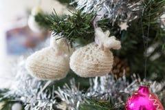 Décoration de Noël, deux bébé-chaussures Photo libre de droits