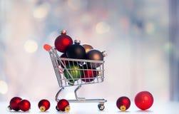 Décoration de Noël et caddie Image stock
