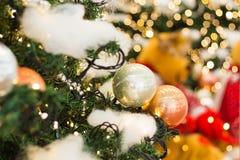 Décoration de Noël et d'an neuf Babiole sur l'arbre de Noël DOF peu profond photographie stock libre de droits