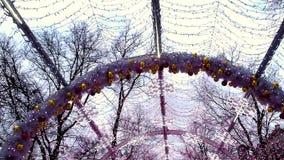 Décoration de Noël et d'an neuf Tunnel décoré des lumières et des lampes banque de vidéos