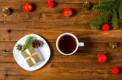Décoration de Noël et tasse de thé sur le fond en bois Image libre de droits