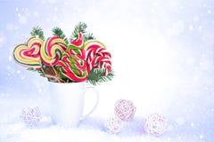 Décoration de Noël de la nouvelle année o Tasse avec la branche d'arbre de sapin et les lucettes colorées sous forme d'arbre de N Photographie stock libre de droits