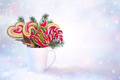 Décoration de Noël de la nouvelle année o Tasse avec la branche d'arbre de sapin et les lucettes colorées sous forme d'arbre de N Photographie stock