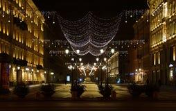 Décoration de Noël de la ville avec les lumières rougeoyantes électriques photo libre de droits