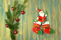 Décoration de Noël, le père noël sur la table en bois Photos libres de droits