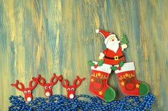 Décoration de Noël, le père noël sur la table en bois Image stock