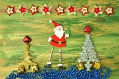 Décoration de Noël, le père noël sur la table en bois Photographie stock