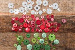 Décoration de Noël Les boutons empilent sur le fond en bois Photo stock