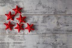 Décoration de Noël Noël rouge se tient le premier rôle sur b en bois foncé rustique Photographie stock libre de droits