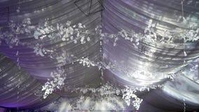 Décoration de Noël ou de nouvelle année dans le hall Décoration de plafond au club, au restaurant ou au hall de partie banque de vidéos
