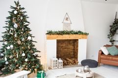 Décoration de Noël pour le salon blanc avec l'arbre de cheminée et de Noël, conception intérieure image libre de droits