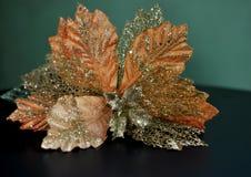 Décoration de Noël représentant une fleur artificielle d'or sur le fond noir et vert images stock