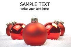 Décoration de Noël rouge et blanc sur la neige Photo libre de droits