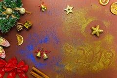Décoration de Noël se trouvant sur le fond brun Scintillement d'or et bleu photographie stock libre de droits