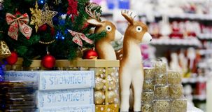 Décoration de Noël sur l'arbre avec des lumières de Noël Décoration sur un arbre de Noël avec une boule, arcs, astérisques et clips vidéos