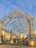 Décoration de Noël sur la place de Manege contre le ciel bleu moscou photo libre de droits
