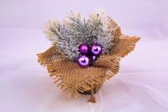 Décoration de Noël sur la toile de jute et avec lilas peu de boules de Noël photo stock